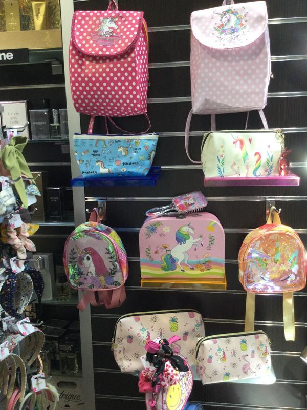 Τις πιο παιχνιδιάρικες κοριτσίστικες τσάντες και νεσεσέρ θα βρείτε στο «Άρωμα»