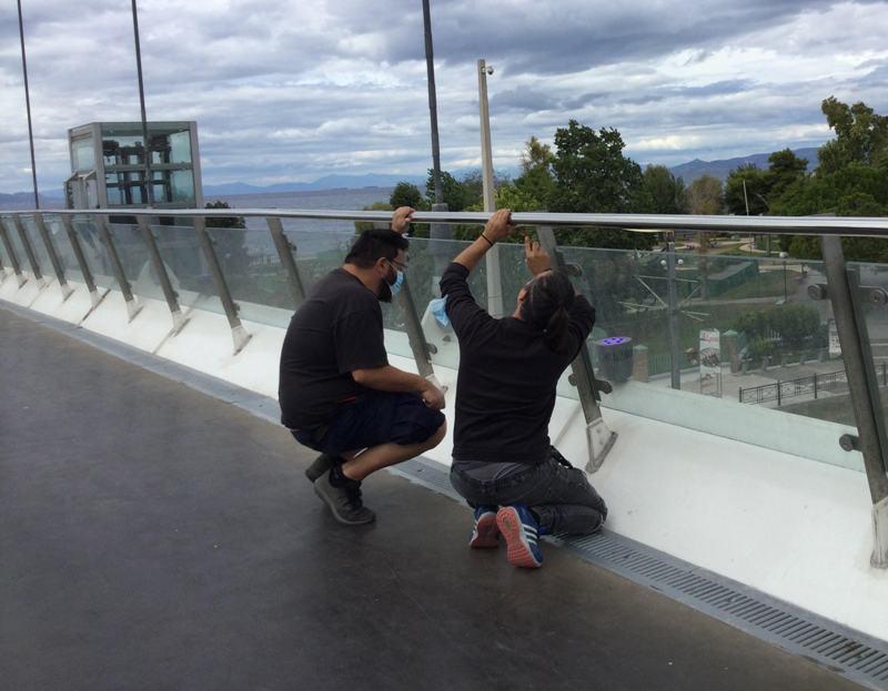 Άγνωστοι «ξήλωσαν» την ταινία φωτισμού led στην πεζογέφυρα
