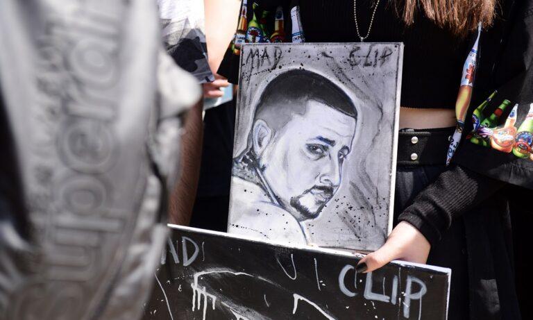 Π. Φάληρο: Κατέστρεψαν και ποδοπάτησαν μνήματα στην κηδεία του Mad Clip