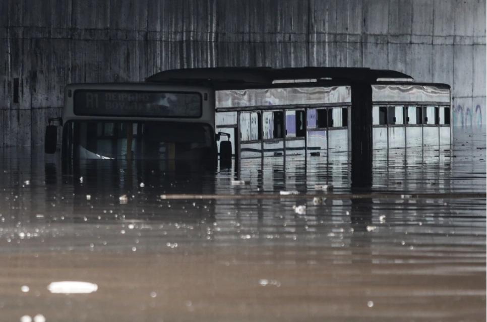 Εγκλωβίστηκε λεωφορείο κάτω από τη γέφυρα στο σημείο του ΚΠΙΣΝ